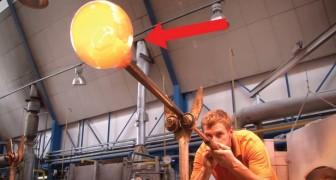 Hij begint glas te blazen via een buis: het eindresultaat is een meesterwerk!