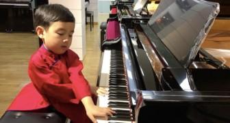 O piano de brinquedo já não era suficiente para ele: este menino de cinco anos é a nova estrela da música!