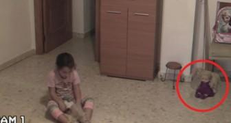 Ils filment la petite pendant qu'elle joue: regardez bien la poupée sur le côté