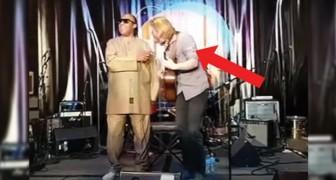 Ein Amateur beginnt, ein Lied von Stevie Wonder zu singen, aber kurz danach...kommt eine Überraschung!