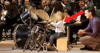 Für wenige Minuten Orchesterdirektor: dieser dreijährige Schlagzeugspieler macht das ziemlich gut