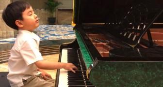 Cet enfant de 5 ans s'assied au piano et commence à jouer un morceau d'une beauté incroyable