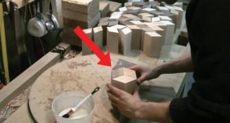 Corta dezenas de pedaços de madeira: o objeto que cria é belíssimo!