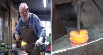Um artesão do ferro se esforça para criar uma rosa. O que você achou do resultado?
