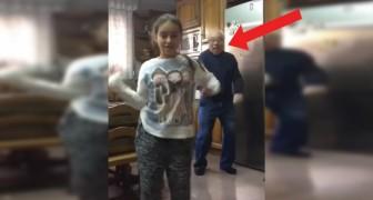Das kleine Mädchen tanzt vor der Kamera, aber der Opa hinter ihr zieht die wahre Show ab!