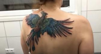 Es scheint ein normales Tattoo zu sein, aber wartet bis sie die Schultern bewegt...Wow!