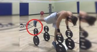 Faire des pompes en équilibre sur des poids: nous ne savons pas comment, mais il y arrive!
