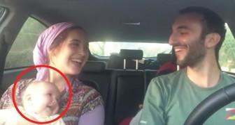 Los dos comienzan a cantar en el auto: la expresion del hijo nos revela que el canto es estupendo