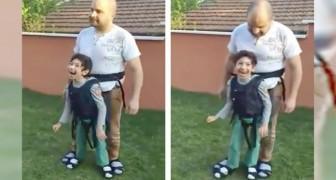 El papa hace probar al hijo paralizado el placer de una caminata: la emocion es incontenible