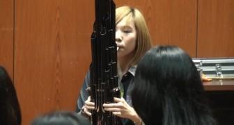 Una joven toca uno de los mas antiguos instrumentos chinos: logran a reconocer la melodia?