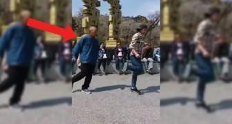 Een straatartiest danst met een oude man: hun coördinatie is fantastisch!