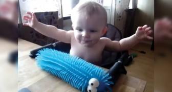 Ils lui offrent un jouet caoutchouteux, mais dès qu'il le touche l'effet n'est pas celui escompté!