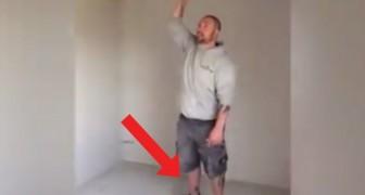 Den här mannen har hittat det perfekta sättet att ha kul när han renoverar