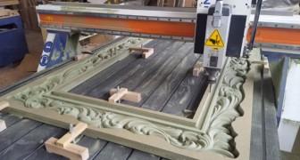 Una maquina de alta presicion talla un marco de madera: el proceso los tendra pegados a la pantalla