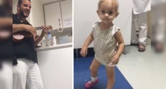 O médico da oncologia pediátrica pega o ukelele e toca para sua pequena paciente