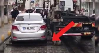 El auto esta en un estacionamiento prohibido: este camion de remolque lo saca en menos de 1 minuto