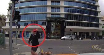 Der Fußgänger beschimpft ohne Grund den Autofahrer, aber die Strafe folgt kurz danach...