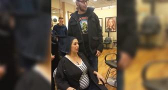 Ze heeft haar haar laten kleuren in de kleur van het geslacht van haar ongeboren kindje: dit is het moment van de onthulling!