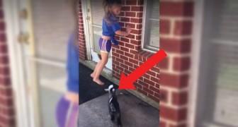A menina brinca sozinha, mas o gesto da cabrinha faz a família sorrir