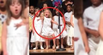 Spectacle de fin d'année: cette petite fille de 4 ans vole la vedette à toutes ses petites camarades