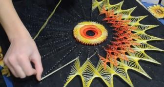 Ze heeft een aantal spijkers in een plank geslagen en begint hier gekleurde draden omheen te wikkelen: het eindresultaat is hypnotiserend!
