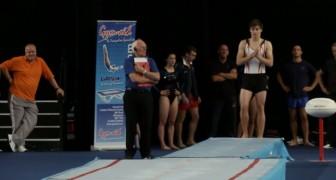 Este gimnasta rompe todas las leyes de la fisica: miren que cosa logra hacer!