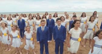 Dezenas de crianças se reúnem na praia: o tributo que fazem é emocionante!
