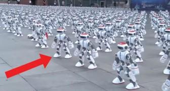 Più di 1000 robot vengono disposti sulla piazza: ecco un'esibizione che non avete mai visto prima