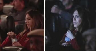 En el cine regalan botellas de agua pero ninguno logra abrirla. Solo cuando comienza el film entienden porque