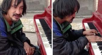 Il rencontre un sans-abri dans la rue. Quand il s'assoit au piano, il n'en croit pas ses oreilles.