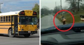Son fils joue les durs dans le bus scolaire, alors il le fait courir 1 km sous la pluie jusqu' à l'école.