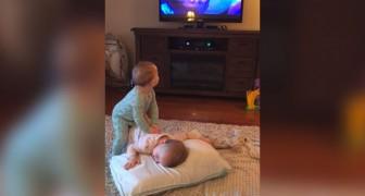 Les jumeaux ont l'air de regarder la télé, mais ce que maman a filmé est beaucoup plus amusant.