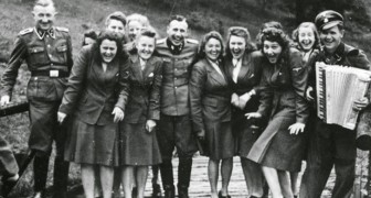 Deze zeldzame foto's tonen het leven van de SS in de concentratiekampen... waar gelachen en plezier wordt gemaakt