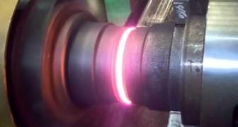 2 disques commencent à tourner rapidement : ce qu'il se produit grâce à la friction est incroyable!