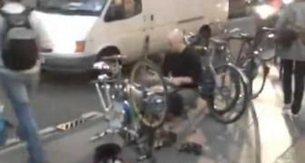 Un bici-batterista sulla oxford st di Londra