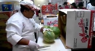 Quest'uomo vi mostra come sbucciare il cocomero in pochi secondi... WOW!