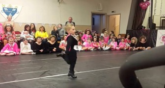 Quando este pequeno talento começa a mover os pés... os aplausos são todos para ele!