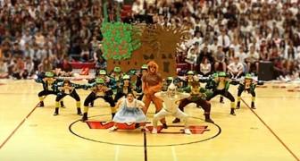 L'incredibile coreografia di questi ragazzi a tema 'Mago di Oz' ha mandato tutta la scuola in visibilio