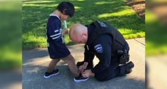 La police achète des chaussures à un enfant après l'avoir vu marcher avec des chaussettes sales.