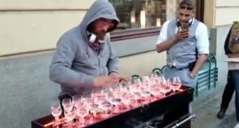 Ein Straßenkünstler führt ein berühmtes klassisches Lied auf ... und die Passanten können nicht anders, als entzückt stehen zu bleiben