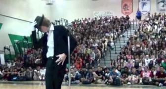 Studente conquista il pubblico ballando Michael Jackson allo show dei Talenti