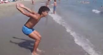 L'acrobate qui surprend la plage entière
