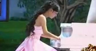 Mesmo sem os dedos, esta menina consegue tocar piano muito bem!