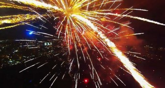 Un drone registra immagini incredibili passando in mezzo ai fuochi d'artificio