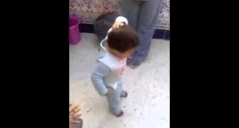 Niño de 2 años maravilla a todos sus parientes bailando el Flamenco