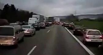 Come reagiscono gli automobilisti tedeschi alla sirena di un'ambulanza