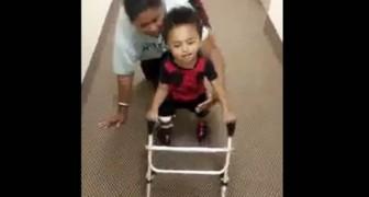 L'enfant de 2 ans amputé qui apprend à marcher émeut le monde entier