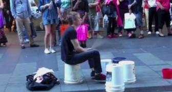 Questo artista di strada farebbe impallidire i più bravi batteristi, e al minuto 1:20 supera se stesso