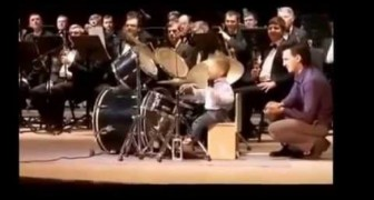 Un baterista de 3 años algo sub real presenta una exhibicion sin precedentes junto a una orquesta