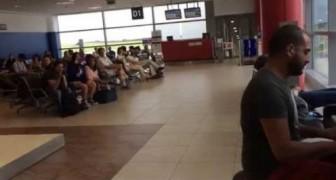 Un pianiste joue dans le hall de l'aéroport de Prague et l'attente des passagers devient magique